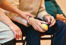 opiekun senior starsza osoba