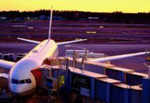 Samolot na płycie lotniska