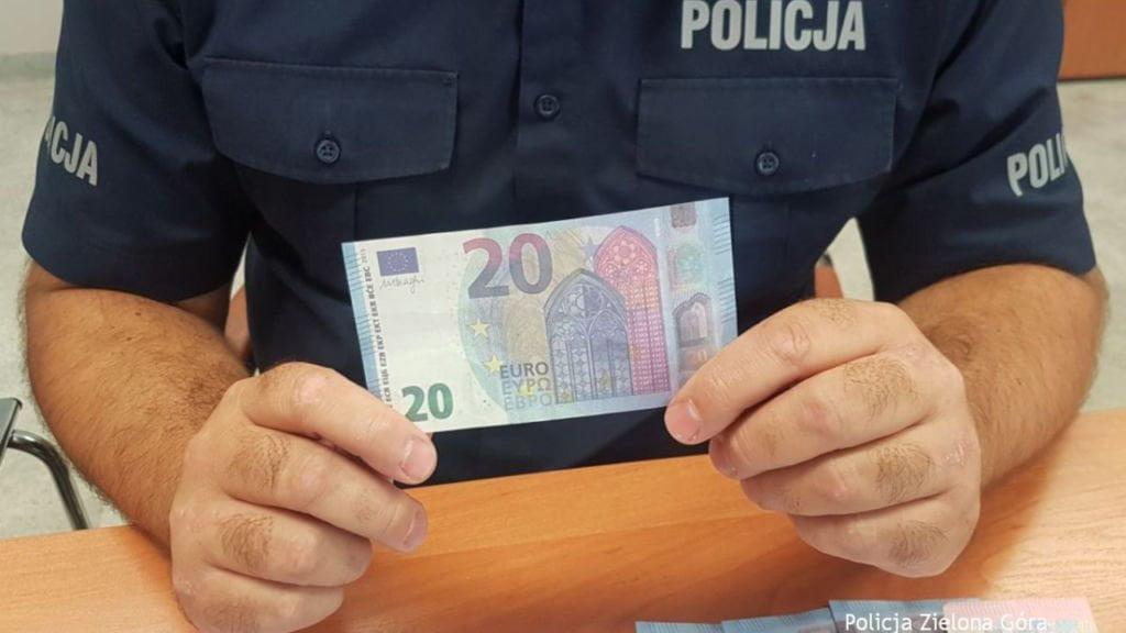 fałszywymi banknotami