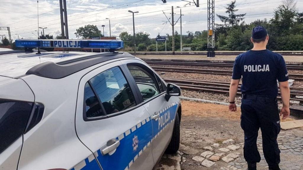 Policjanci ściągnęli samobójcę z torów - chwilę przed przejazdem pociągu towarowego 1