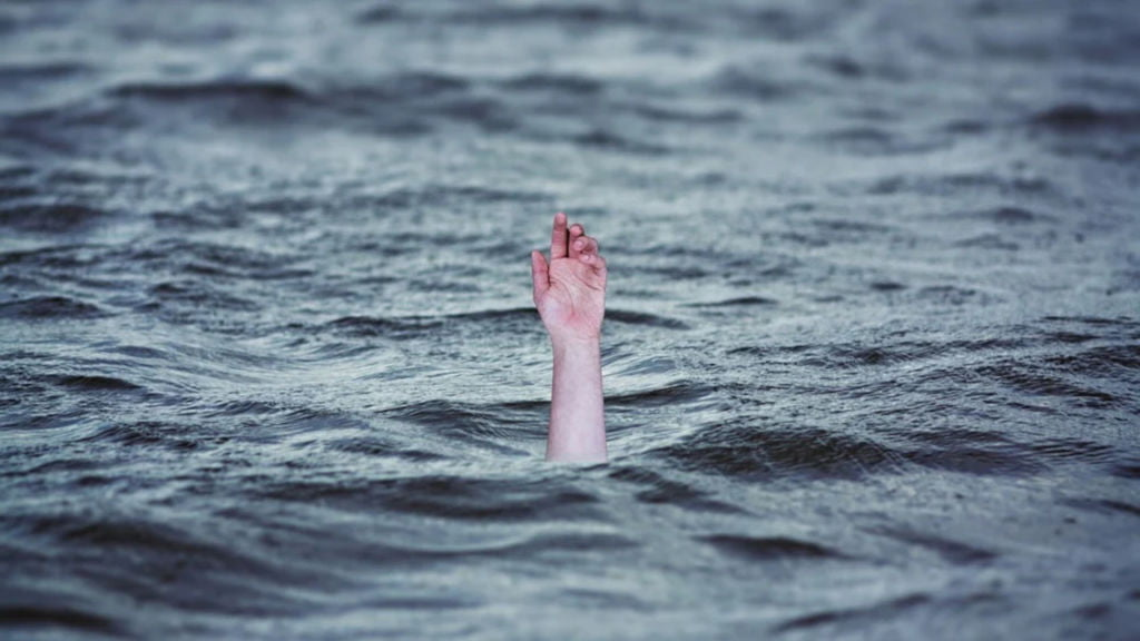 policjant wskoczył do rzeki