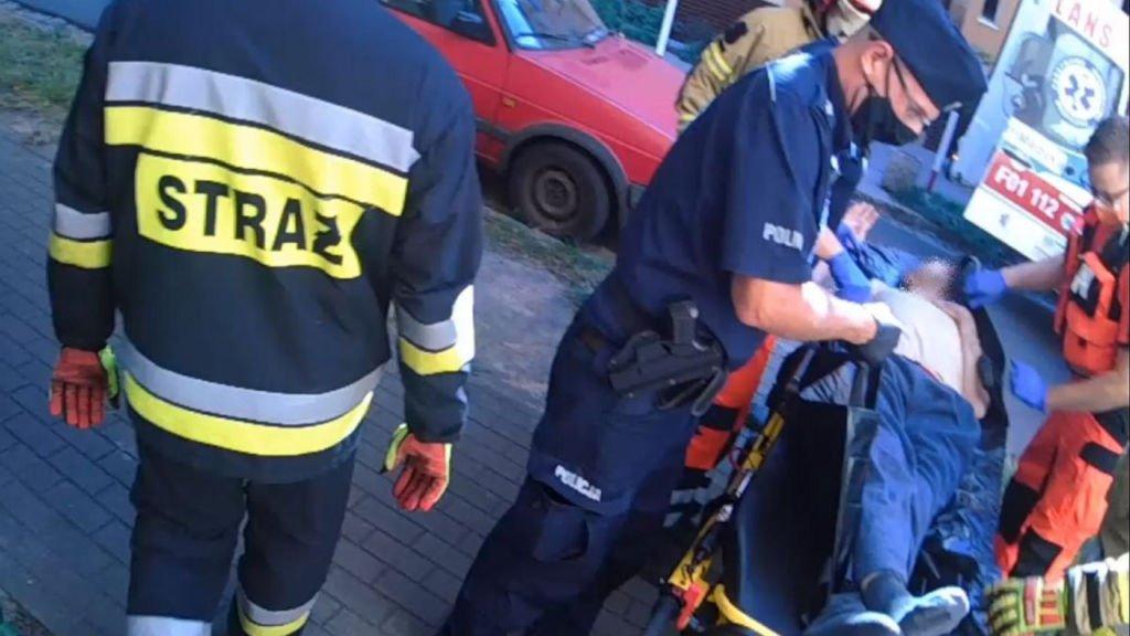 Chory mężczyzna zasłabł w domu. Strażacy musieli wejść do mieszkania przez okno 1