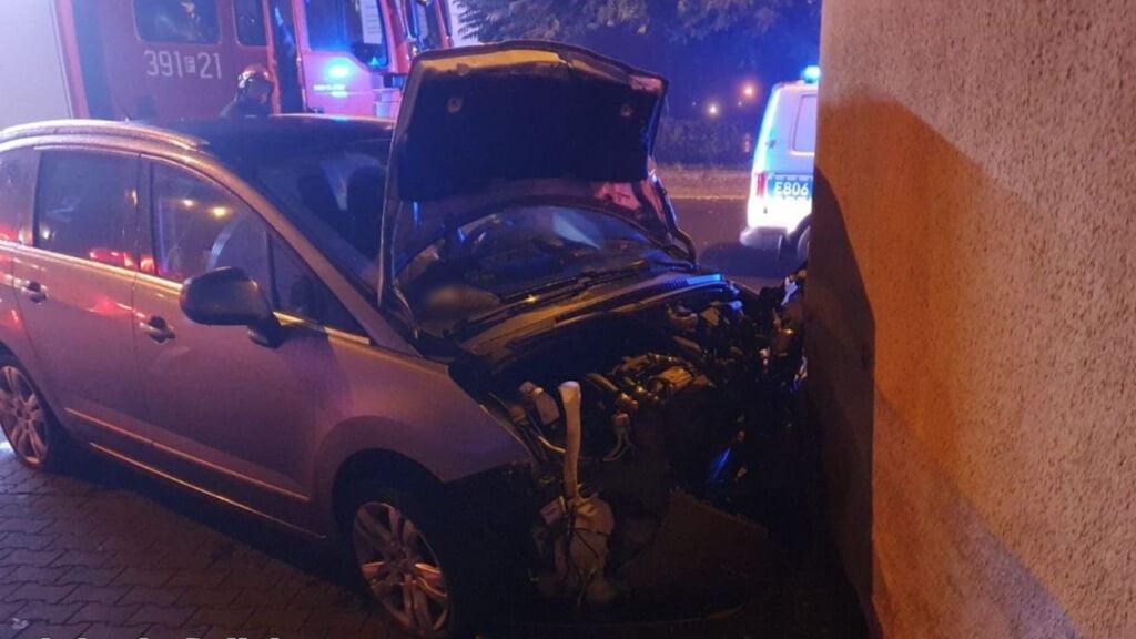 Pościg w Słubicach zakończył się gdy kierowca spowodował wypadek, rozbijając auto o ścianę budynku.