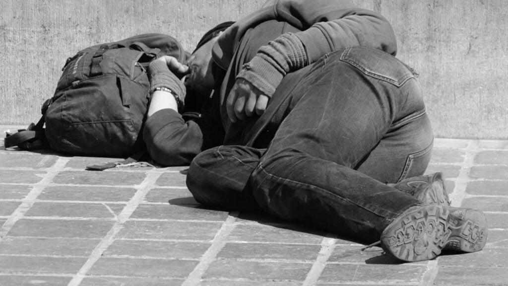 Pomogła bezdomnemu, wcześniej przynosiła mu ciepłe posiłki