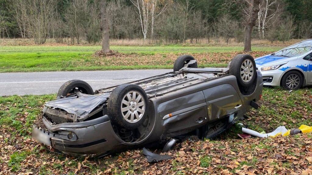 Dachowanie samochodu na drodze Bobrowice-Strużka spowodował pijany kierowca. Miał 3 promile