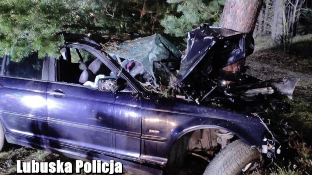 BMW owinęło się wokół drzewa. Straszny wypadek pod Gubinem