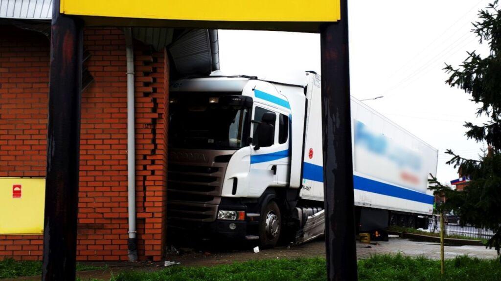 ciężarówka wjechała w market