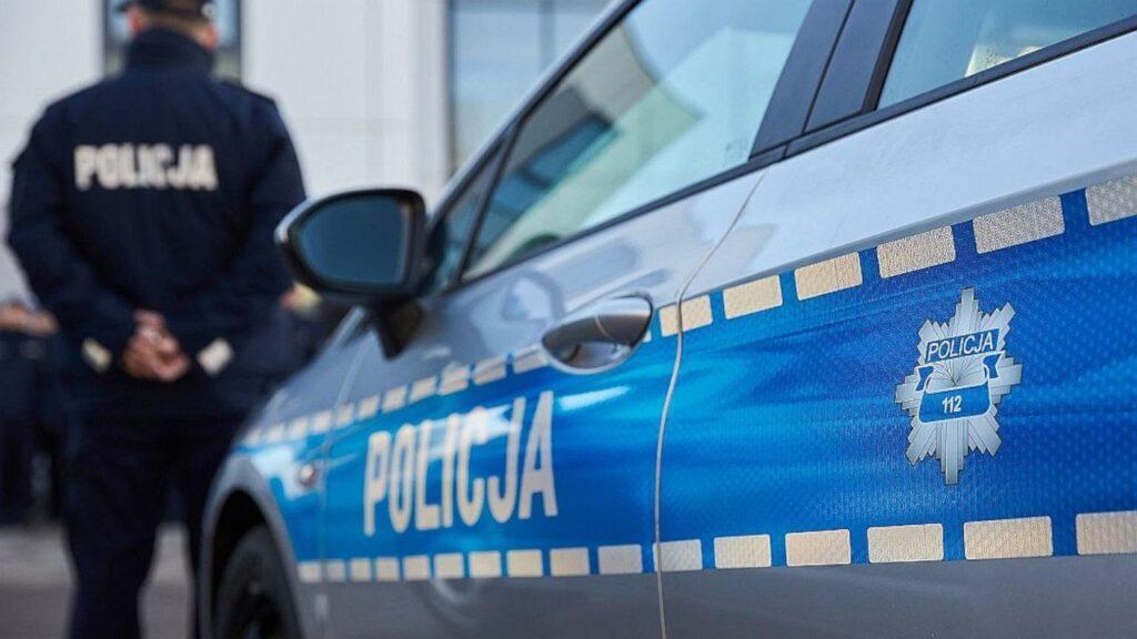7 zarzutów agresji wobec policjantów. Mężczyzna groził im, naruszył nietykalność cielesną, znieważył i zmusił do zaniechania czynności prawnych