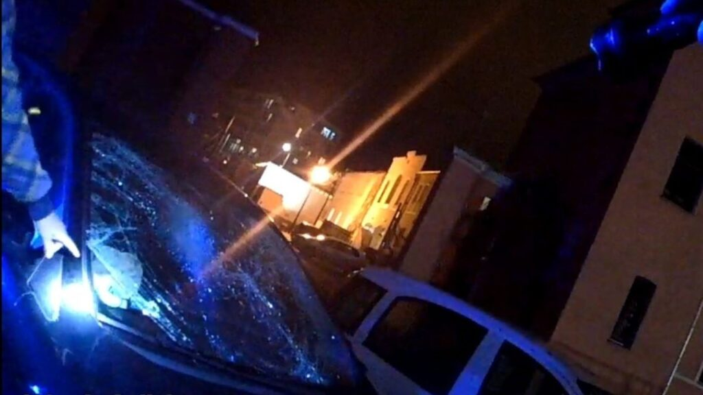 Wandal uszkodził kilka samochodów. Skakał po nich i urywał lusterka