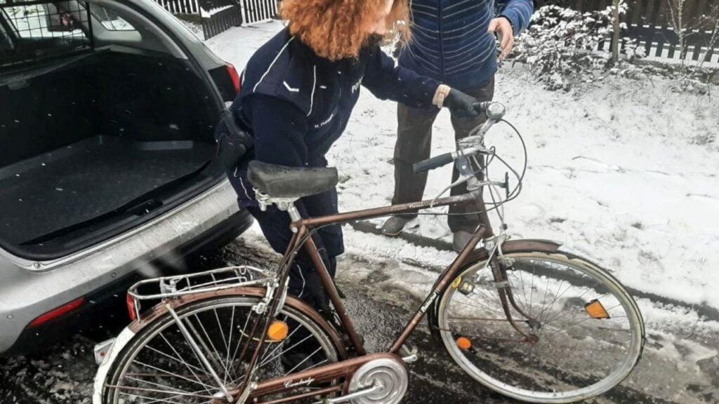 86-letni pan Henryk otrzymał wymarzony rower. Pomogła dzielnicowa z Żagania i mieszkaniec Tomaszowa