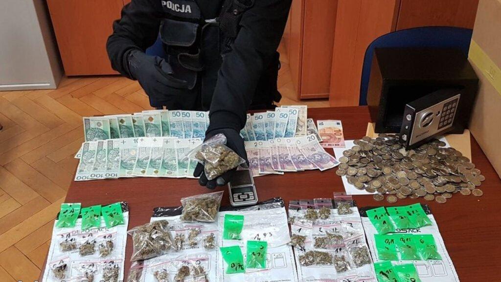 Zielona Góra: 4 osoby zatrzymane, zabezpieczone narkotyki i gotówka