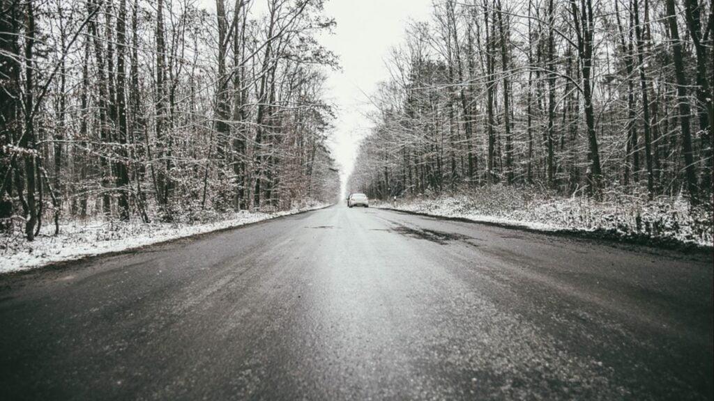 Uwaga na śliskie drogi i chodniki. IMGW wydał ostrzeżenie przed oblodzeniem 24.01.