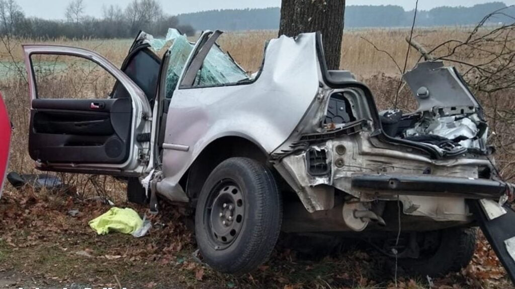 Tragedia w Nowy Rok. W wypadku na drodze Czarnowo-Sarbia zginęły 2 młode osoby
