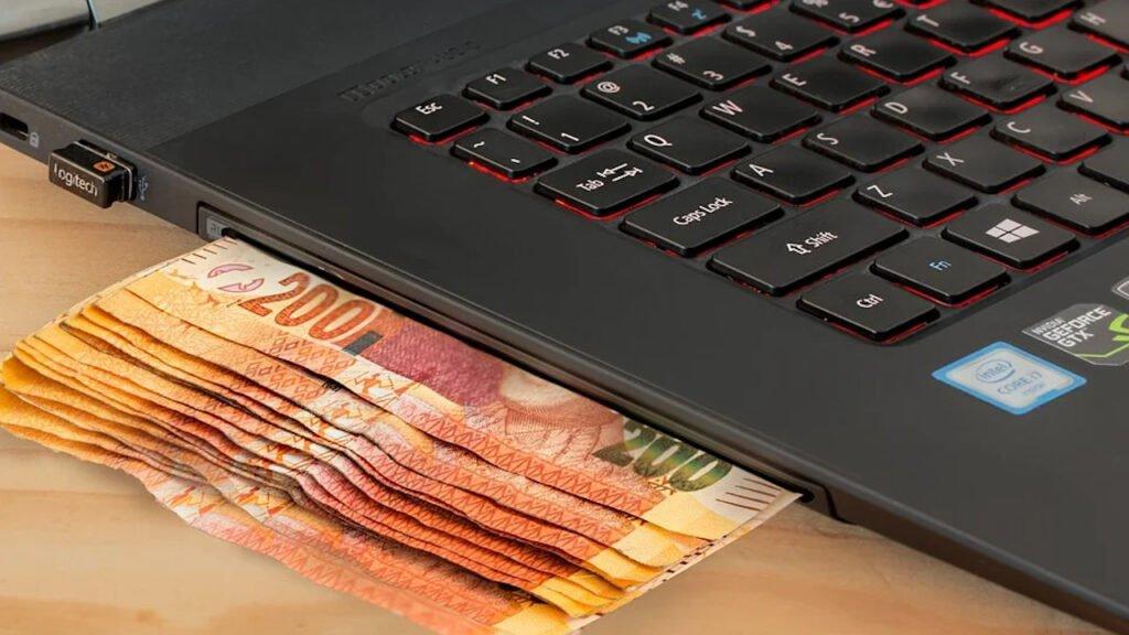 Oszust internetowy z Żar, który zainkasował 122 tys. złotych usłyszał prawie 100 zarzutów