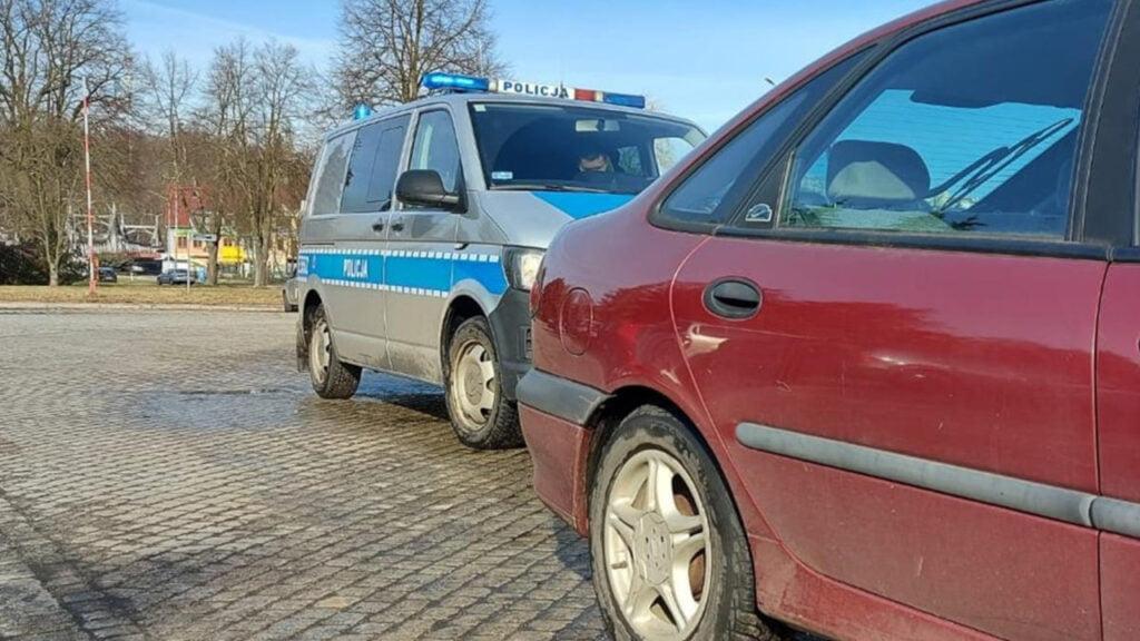 72-latek dwa razy złamał zakaz prowadzenia. Chciał pomóc zawrócić autem