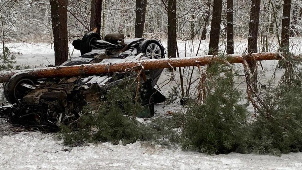 Koło Połupina dachował VW, kilka dni wcześniej z drogi wypadł Mercedes