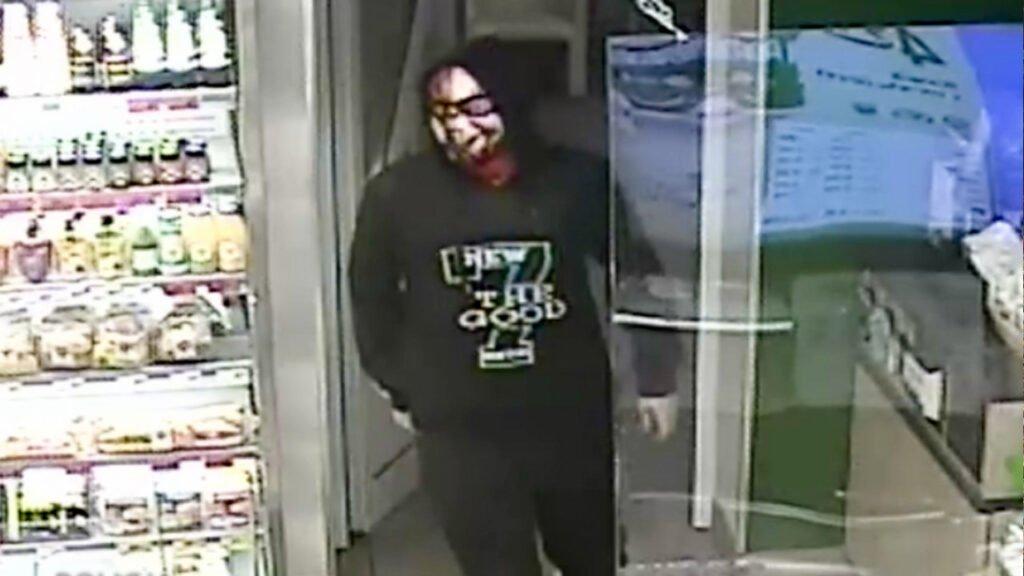 Napad na sklep w Wawrowie. Policja szuka zamaskowanego mężczyzny z nożem [wideo]