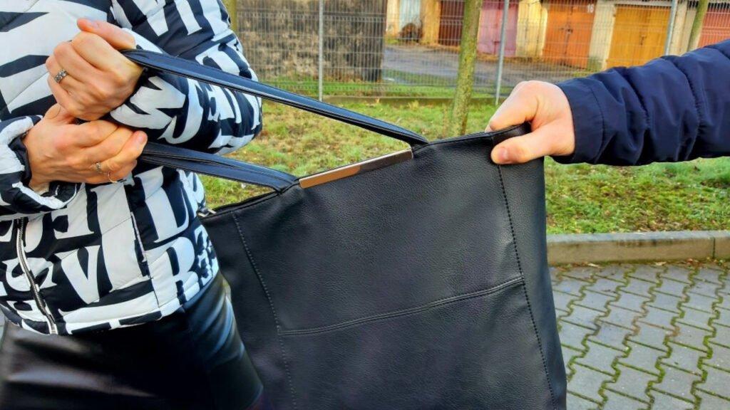Próbowali wyrwać kobiecie torebkę. Jednego z podejrzanych ujął świadek, 3 zatrzymała policja