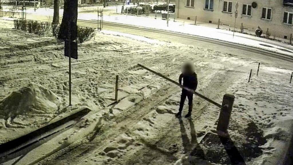Zniszczył szlaban parkingowy. W Polsce jest od 2 tygodniu a już grozi mu 5 lat