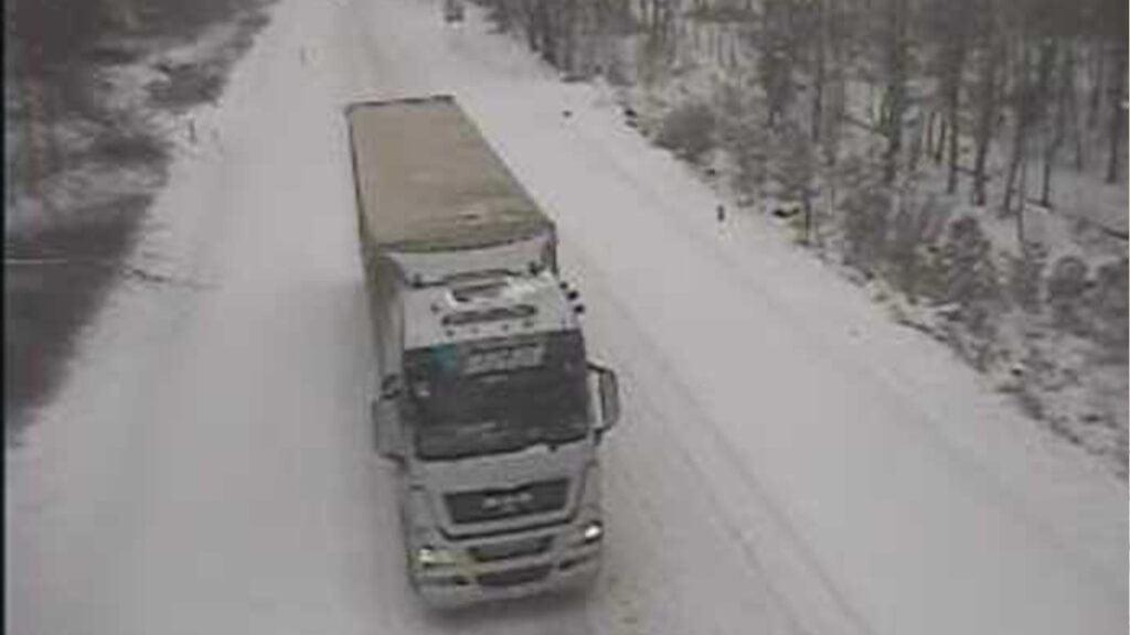 Fatalne warunki na drogach. Kierowcy, noga z gazu. Rozjeżdżony śnieg zalega na większości tras w regionie