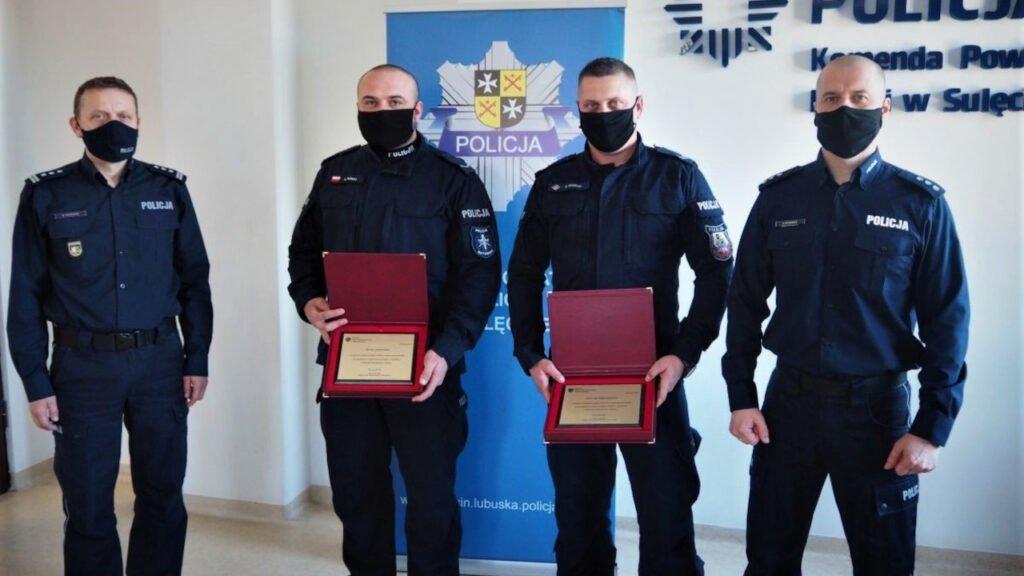 Wyróżnienia MSWiA dla policjantów, którzy biegli do szpitala z 10-miesięcznym dzieckiem na rękach