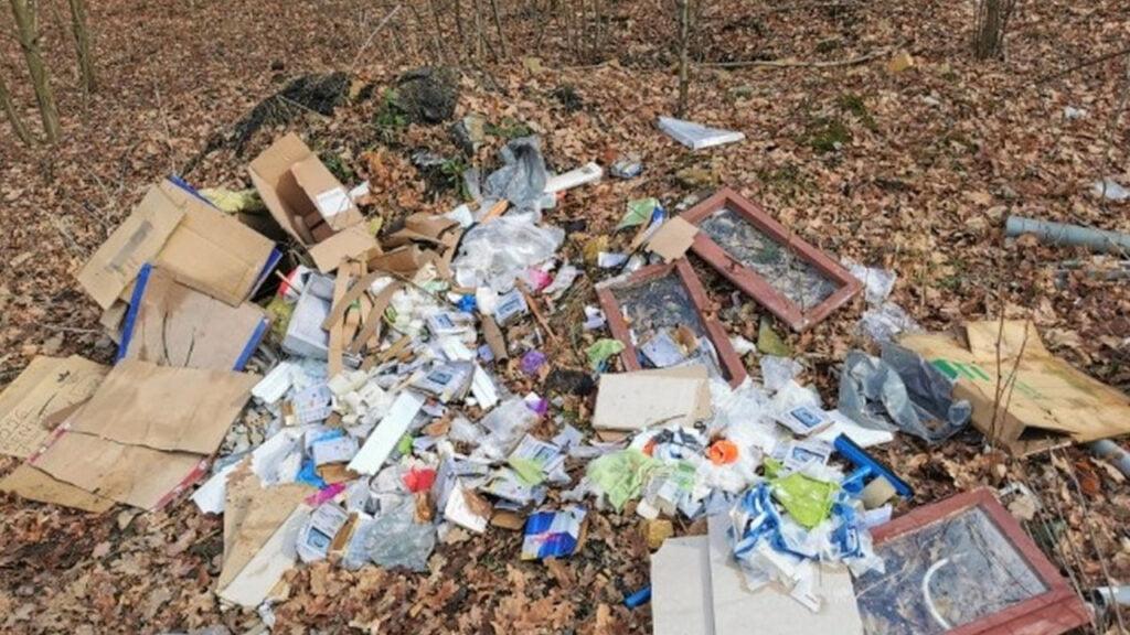 Dzikie wysypisko w lesie koło Trzebiela. 30-latka musiała posprzątać śmieci