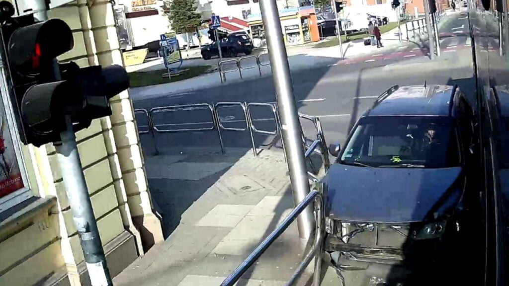 Zielona Góra: Wypadek autobusu MZK. 24-latek wjechał na skrzyżowanie na czerwonym [wideo]