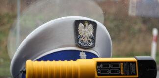 Alkomat i policyjna czapka