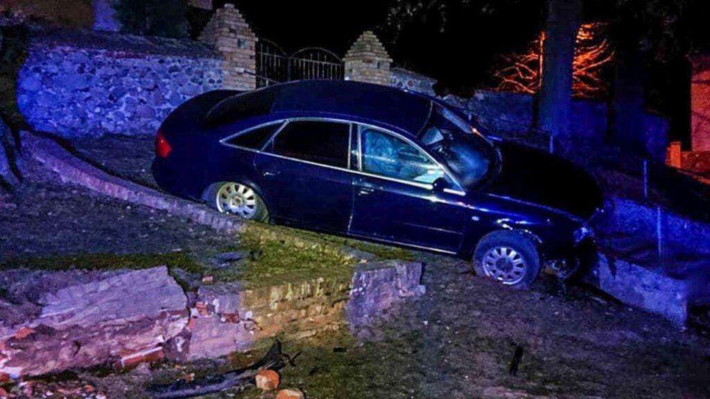 Pijany 30-latek wjechał samochodem w mur i zawisł na schodach