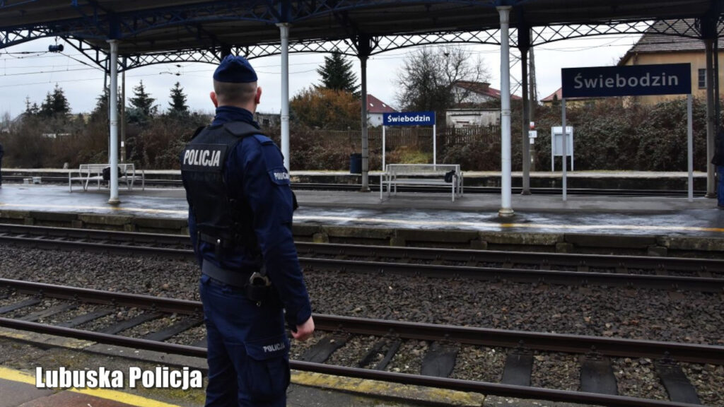Pijany mężczyzna spadł z peronu pod nadjeżdżający pociąg