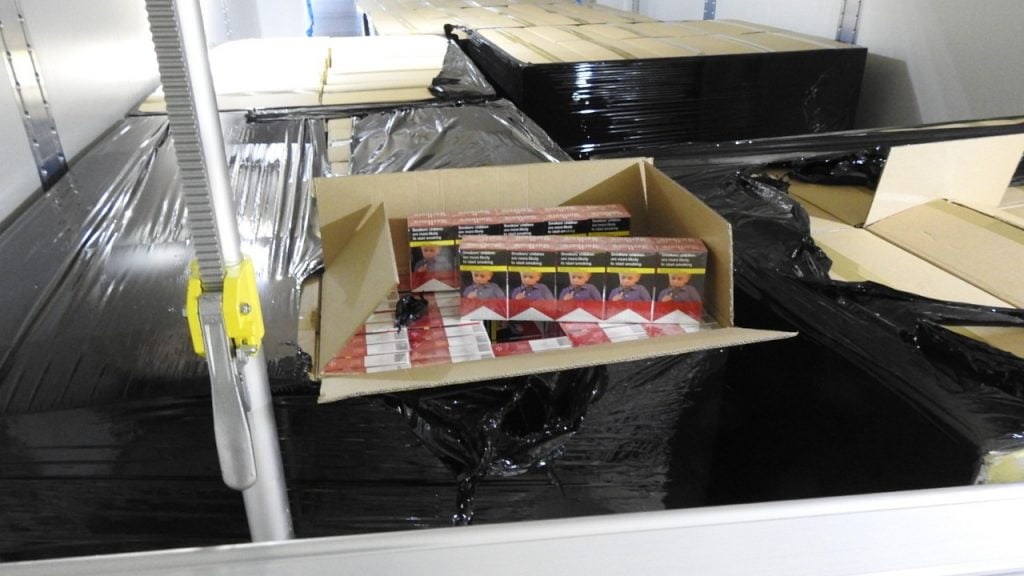 Nielegalne wyroby tytoniowe przechwycone przez SG i KAS. Kontrabanda miała wartość 1,5 mln zł