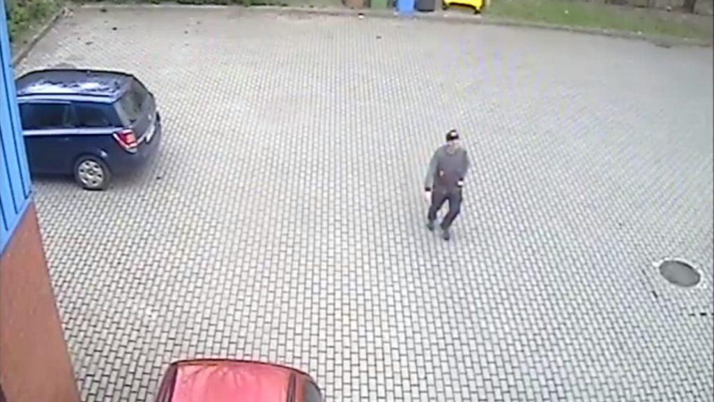 Ukradł laptopa z zaparkowanego samochodu. Rozpoznajesz go? Szuka go policja