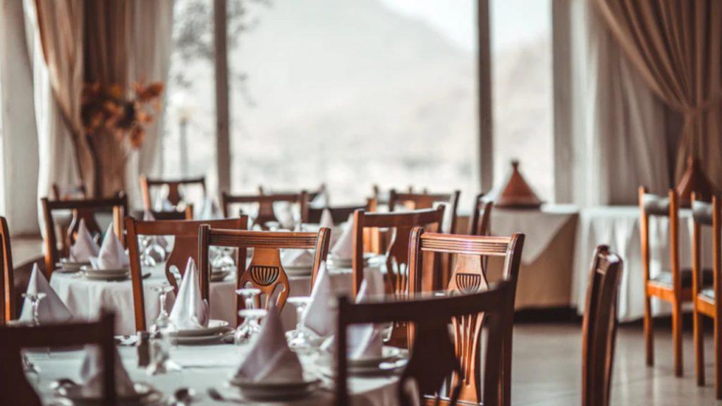 Niektóre hotele i restauracje nie otworzyły się, bo brakuje pracowników