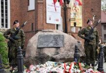 Warta honorowa przy obelisku kard. S. Wyszyńskiego