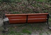 Zdemolowane ławki w sławskim parku