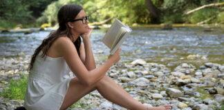 Czytanie książki na łonie natury